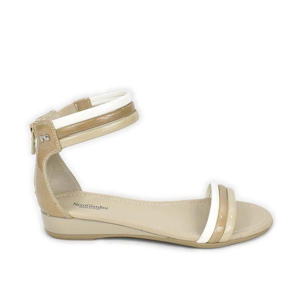 NeroGiardini – Sandalo basso in pelle lucida beige, bianco e taupe con zip